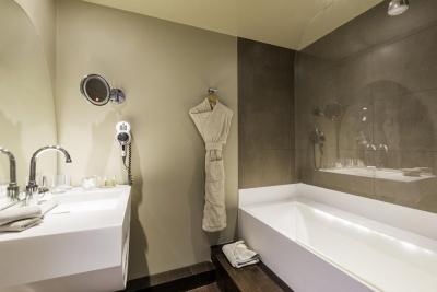 Why Hôtel - Lille - salle de bain avec baignoire